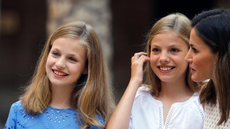 Spaniens Königin Letizia (r) und die Töchter, Prinzessin Leonor (l) und Prinzessin Sofia (M)