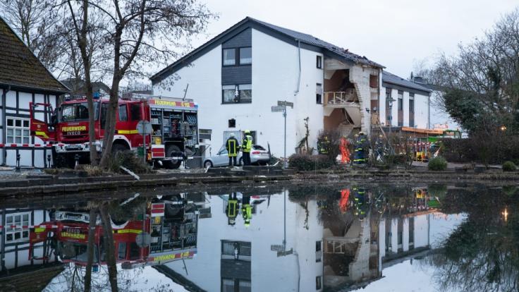 Nach einer Gasexplosion in Leien (NRW) ist ein Feuerwehrmann gestorben.