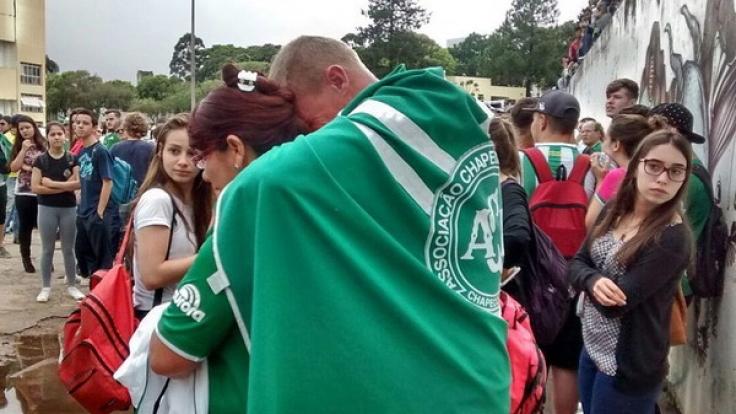 Fans des brasilianischen Fußballclubs AF Chapecoense trauern um die getöten Fußballer. (Foto)