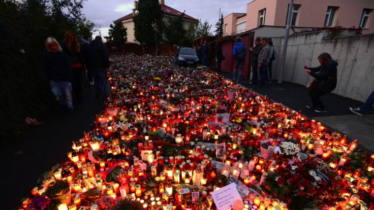 Kerzen, Blumen und handgeschriebene Botschaften stehen vor dem Wohnhaus von Karel Gott. (Foto)