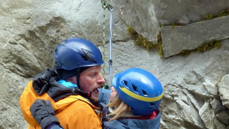 Andreas Marthaler (Martin Gruber, l.) wird die Bergrettung verlassen. Sein letzter Einsatz gilt der kleinen Nadja (Adele Butz, r.).