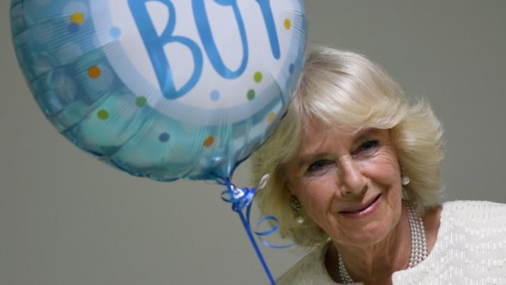 Bei ihrem Besuch derGewaltschutzambulanz in der Charite bekam Herzogin Camilla einen Luftballon für ihren am Vortag geborenen Enkel überreicht. (Foto)