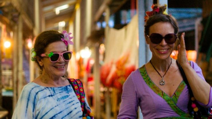 Hannelore Elsner (li., als Anneliese Behrens) und Anneke Kim Sarnau (als Susanne Neuendorff) beim Shoppen auf einem Markt in Thailand. (Foto)