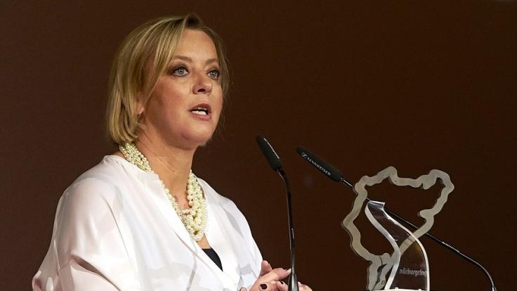 Sabine Kehm nimmt Preis für sein Lebenswerk für Michael Schumacher entgegen.