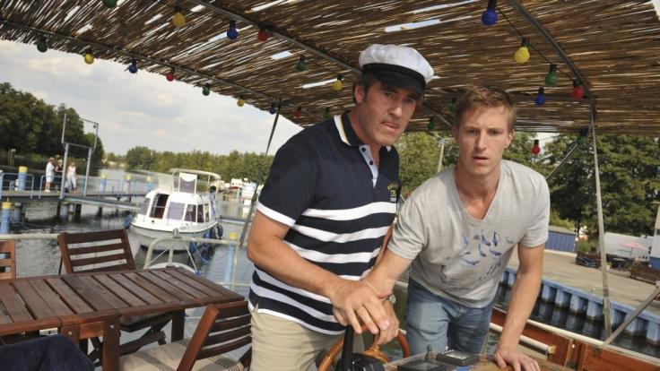 Henner (Stephan Szász) beharrt darauf, dass er der Bootsführer ist. Aber es ist doch gut, dass Finke (Golo Euler) öfter mal eingreift ... (Foto)