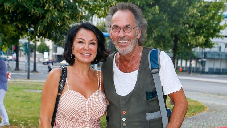 Hugo Egon Balder und seine fünfte Ehefrau Elena stehen beim Schillertheater am Kurfürstendamm. (Foto)