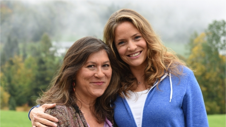 Lena Lorenz (Patricia Aulitzky, r.) lebt inzwischen bei ihrer Mutter Eva (Eva Mattes) auf dem Bauernhof, wo sie sich eine eigene Hebammenpraxis einrichtet. (Foto)