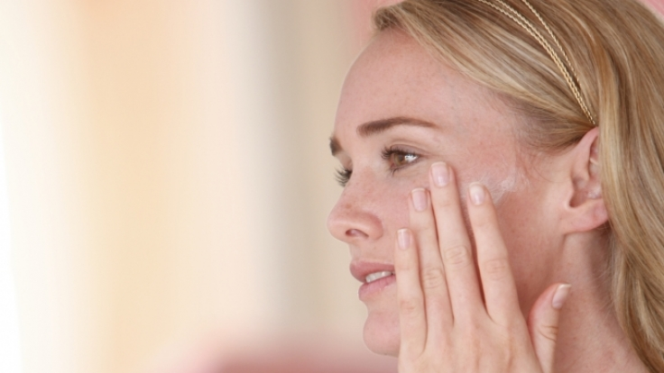 Neurodermitiker müssen sich immer gut pflegen. Salben für sensible Haut (z. B. von Avène) werden von vielen gut vertragen. (Foto)