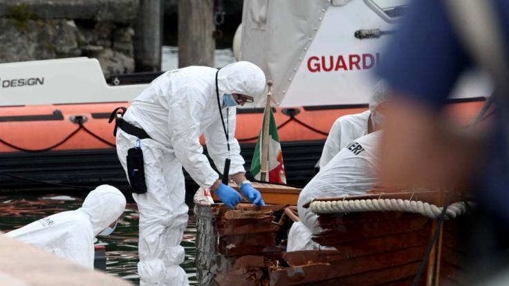Italienische Forensiker begutachten den Schaden an einem Boot. (Foto)
