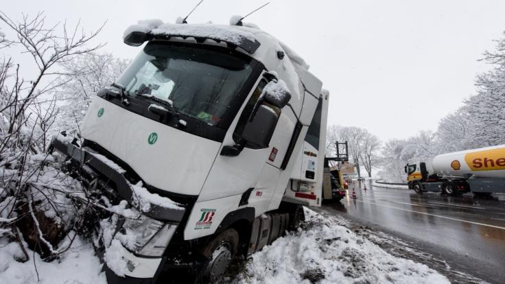Immer wieder kommt es durch Glatteis und Schnee zu schweren Unfällen im Winter. (Foto)