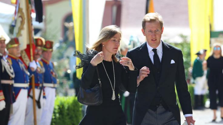 Prinz Bernhard von Baden und seine Frau kommen zur Trauerfeier. (Foto)