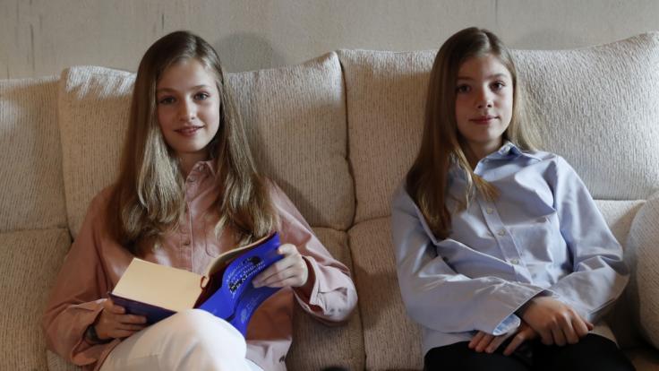 Spaniens Kronprinzessin Leonor (li.), hier mit ihrer jüngeren Schwester Infantin Sofia, hat an der traditionsreichen öffentlichen Marathonlesung des Quijote teilgenommen.