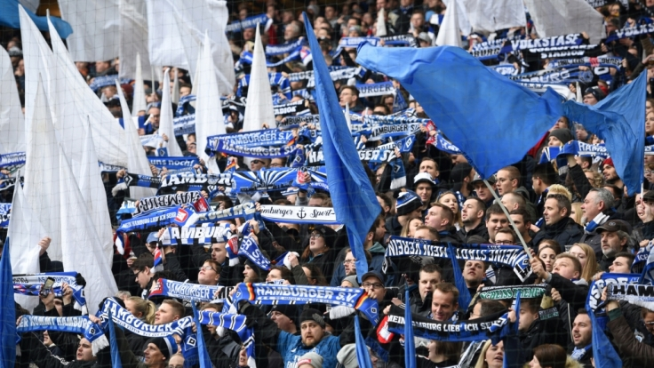 Mit den Schals in der Luft unterstützen die Fans den Hamburger SV. (Symbolbild)