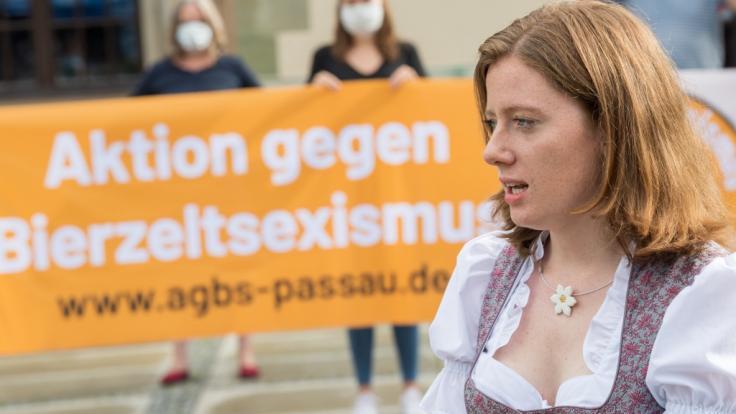 Die Passauer Studentin Corinna Schütz macht sich mit anderen Anti-Donaulied-Aktivisten gegen Bierzeltsexismus stark.