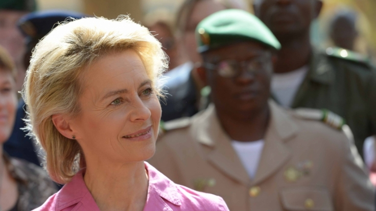 Warum nicht auch mal in Rosa verteidigen? Ursula von der Leyen in Mali.