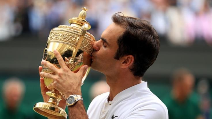 Roger Federer freut sich über seinen achten Titel-Gewinn in Wimbledon. (Foto)