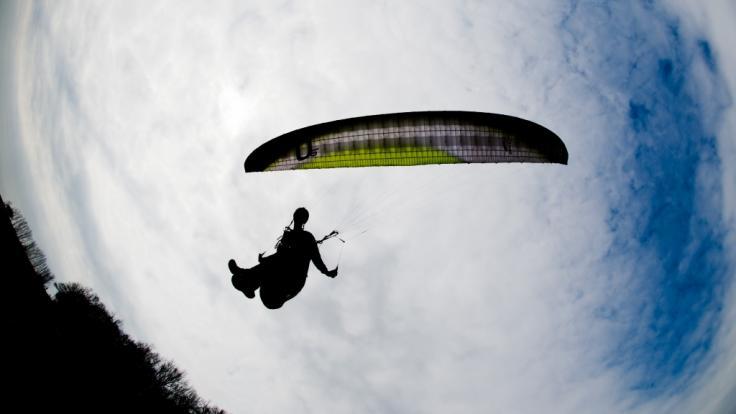 Eine junge Frau wollte ihren 18. Geburtstag mit einem Fallschirmsprung feiern - doch das Vorhaben endete in einer tödlichen Tragödie (Symbolbild).