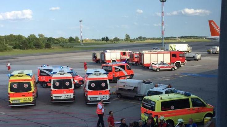 Dieses Foto von den Rettungskräften in Berlin Schönefeld veröffentlichte eine Passagierin auf ihrem Twitter-Account. (Foto)