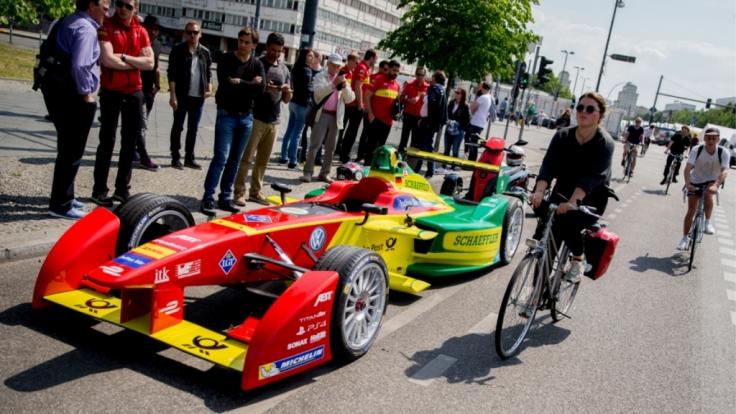 Formel-E-Rennwagen am Berlin Alexanderplatz: Am Samstag startet in der Berliner City das Formel-E-Rennen um den ePrix.