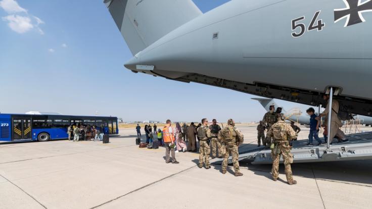 Bei den Evakuierungsflügen von Afghanistan wurden auch Straftäter nach Deutschland gebracht. (Foto)