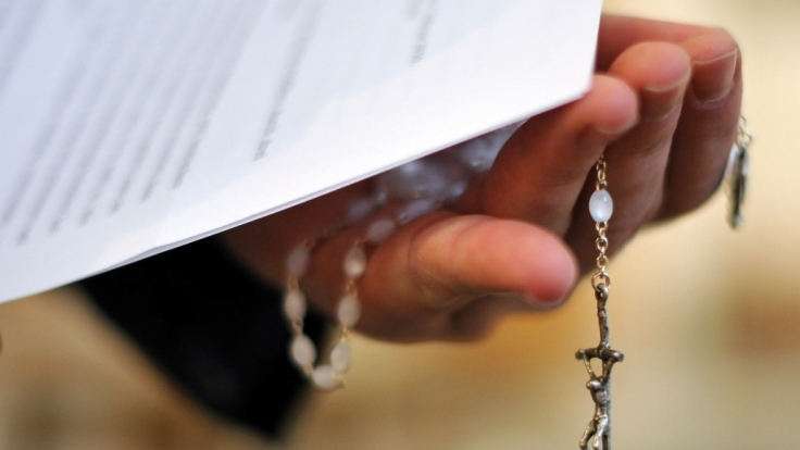 Ein Priester steht erneut wegen schweren Kindesmissbrauchs vor Gericht (Symbolbild).
