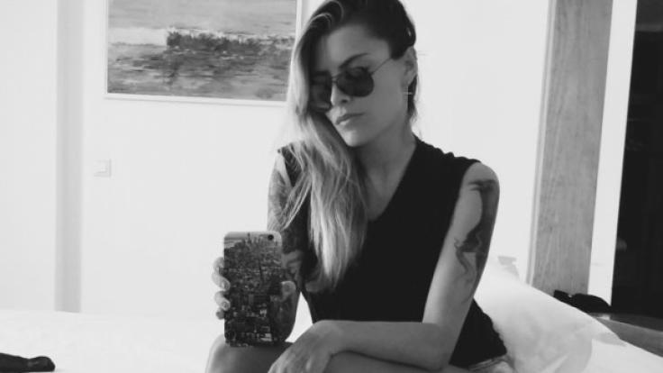 Sophia Thomalla präsentiert ihr Raben-Tattoo. (Foto)
