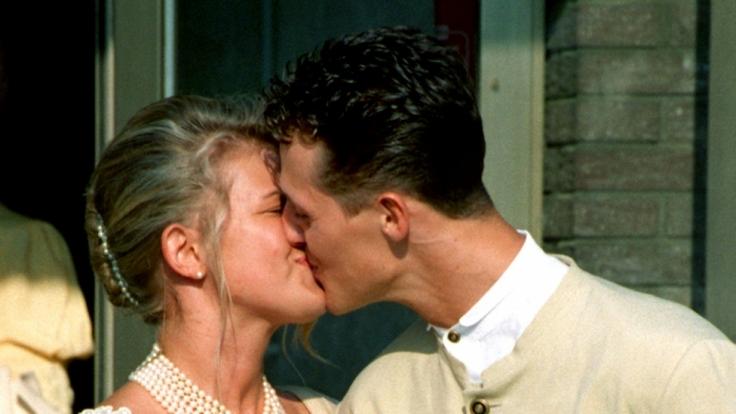 Michael Schumacher gibt seiner Frau Corinna nach der Trauung am 01.08.1995 einen Kuß. (Foto)