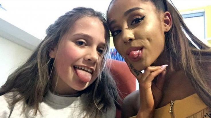 US- Popstar Ariana Grande am 02.06.2017 in Manchester mit der kleinen Evie im Royal Manchester Kinderkrankenhaus.