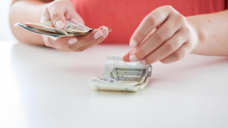 Regeln helfen beim Sparen. Wer etwa jeden 5-Euro-Schein beiseite legt, kann relativ schnell einen größeren Betrag ansparen. (Foto)