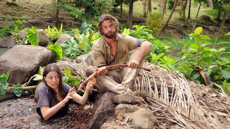 Journalistin Eva (Julia Hartmann) landet mit Schmuggler Nik (Stephan Luca) im Dschungel.