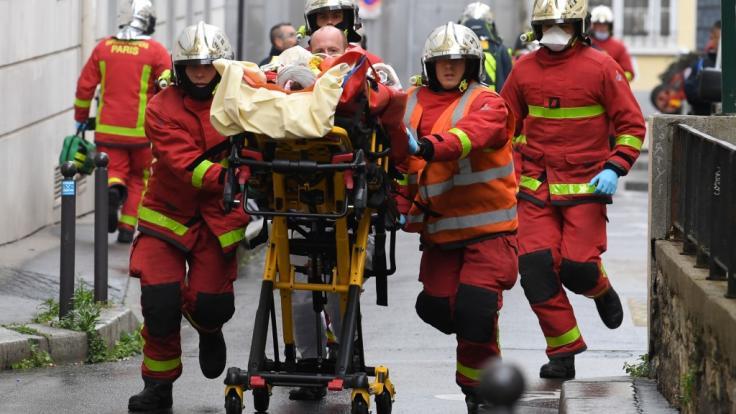 In der französischen Hauptstadt Paris sind mindestens zwei Menschen bei einer offenbar terroristisch motivierten Messer-Attacke verletzt worden.