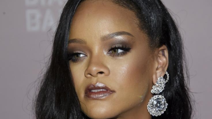 Rihanna feierte den Pride-Month Juni mit sexy Strümpfen in Regenbogenfarben. (Foto)