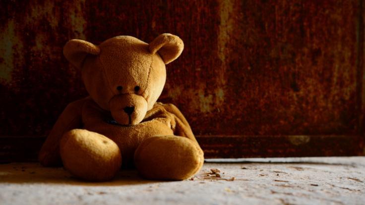 Eine Pflegemutter hat einer 4-Jährigen die Lippe abgebissen und sie jahrelang misshandelt. Jetzt ist das kleine Mädchen tot. (Symbolbild) (Foto)