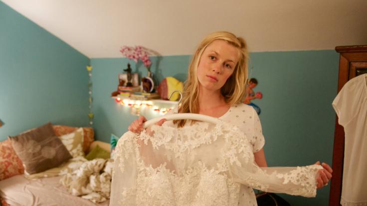 Marie (Christine Eixenberger) betrachtet wehmütig ihr Hochzeitskleid. (Foto)