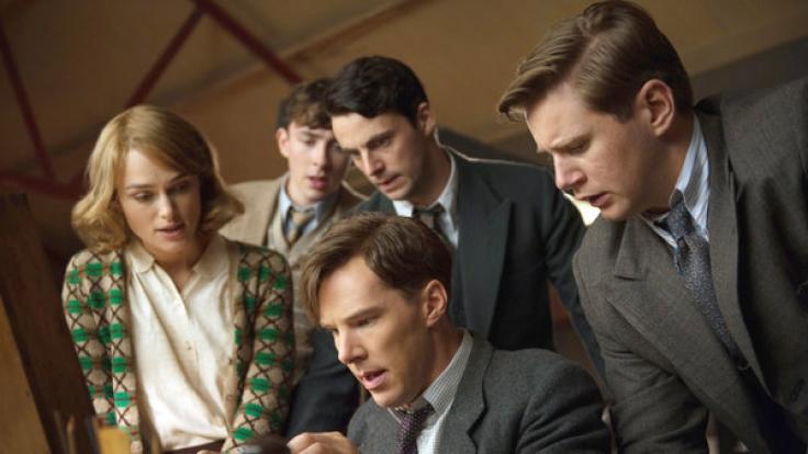 """Alan Turing (Benedict Cumberbatch, vorn) und sein Team Joan Clarke (Keira Knightley, l-r), Peter Hilton (Matthew Beard), Hugh Alexander (Matthew Goode) und John Cairncross (Allan Leech) in einer Szene des Kinofilms """"The Imitation Game"""". (Foto)"""