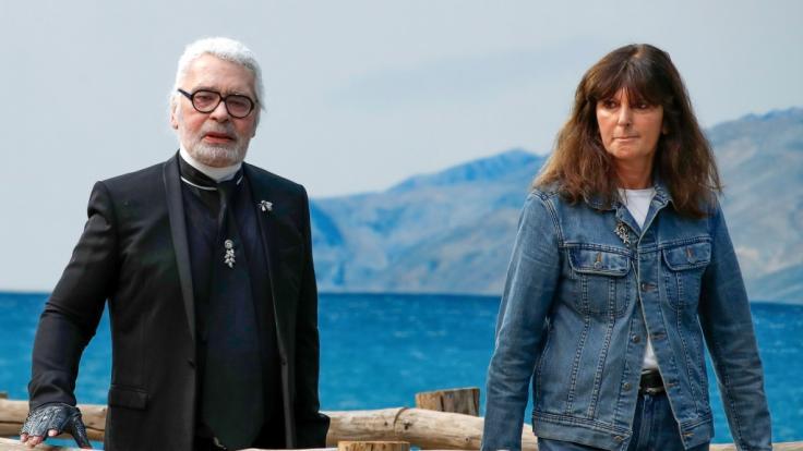 Der deutsche Modedesigner Karl Lagerfeld und die französische Modestudioleiterin Virginie Viard. (Foto)