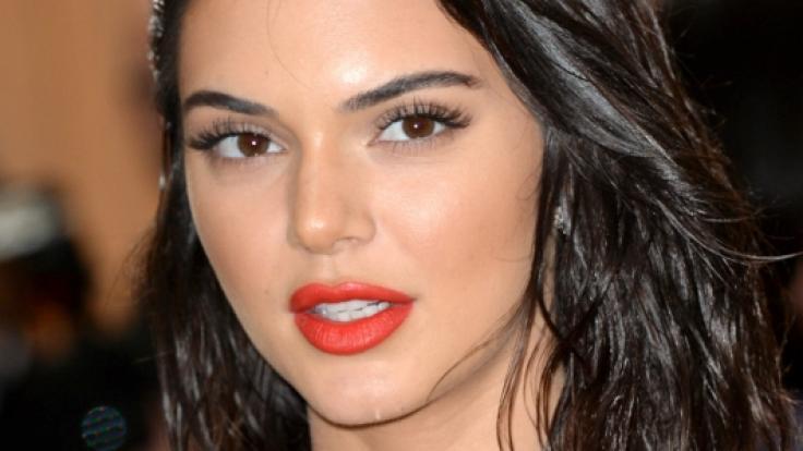 Auch Supermodel Kendall Jenner schummelt sich hin und wieder schön. (Foto)