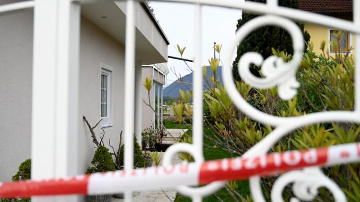 Ein 51-jähriger Mann soll seine Ex-Partnerin und ihre Mutter getötet haben. Der Mann stellte sich, bewaffnet mit zwei Feuerwaffen, kurz nach der Tat den Polizeibeamten.