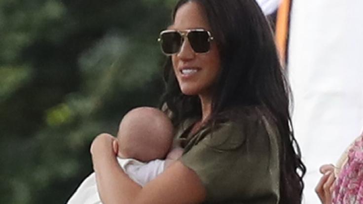 Wahnwitzige Gerüchte behaupten, Meghan Markle sei mit ihrem im Mai 2019 geborenen Sohn Archie Harrison Mountbatten-Windsor nach einem Ehestreit mit Prinz Harry auf der Flucht.