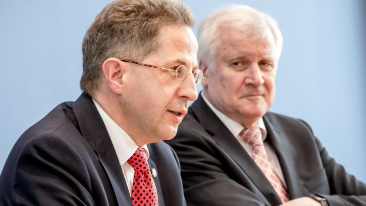 Seehofer (r.) hat Hans-Georg Maaßen zum Staatssekretär befördert.