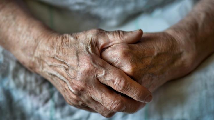 Bei einer Coronavirus-Impfung könnte die älteste Frau der Welt gefunden worden sein. (Foto)