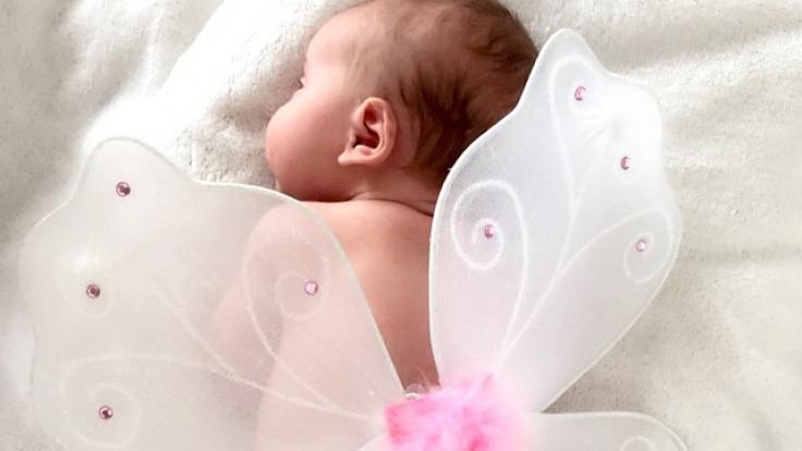 Super niedlich! Die kleine Tochter von Yvonne Schröder mit glitzernden Flügelchen. (Foto)