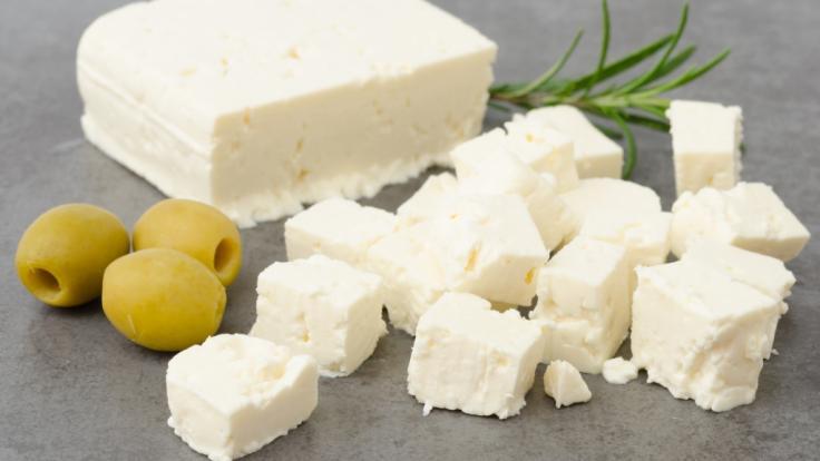 Wegen einer möglichen Belastung mit E.coli-Bakterien ruft ein Hersteller seinen Bio-Käse zurück (Symbolbild). (Foto)