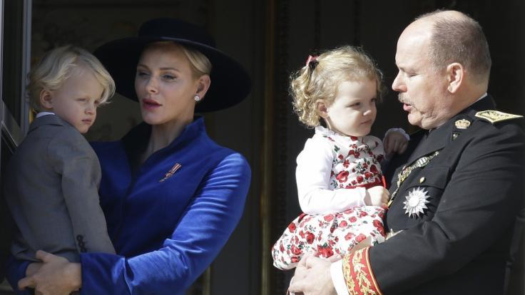 Fürst Albert II. von Monaco, seine Frau Fürstin Charlene und die Zwillinge Jacques und Gabriella. (Foto)