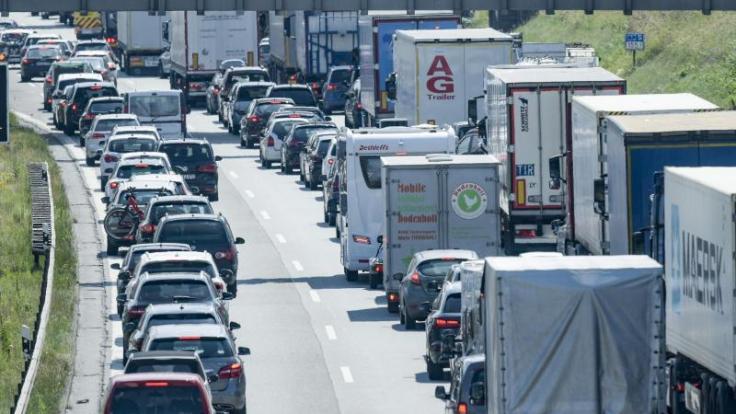 Bald haben 14 Bundesländer Sommerferien - da sind Staus auf den Autobahnen garantiert. (Foto)