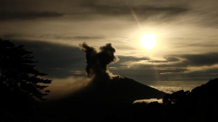 Vulkan Turrialba in Costa Rica spuckt Asche.