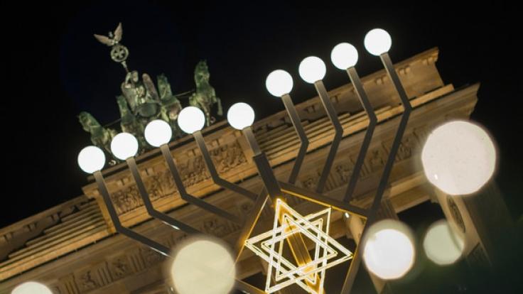 Zum jüdischen Lichterfest gehört traditionell der achtarmige Leuchter, der Chanukkia heißt. (Foto)