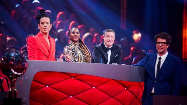"""Die """"Let's Dance""""-Jurybekam schon viele unvergessliche Auftritte zu sehen: Jorge González (l.), Motsi Mabuse, Joachim Llambi, Moderator Daniel Hartwich (r.) (Foto)"""