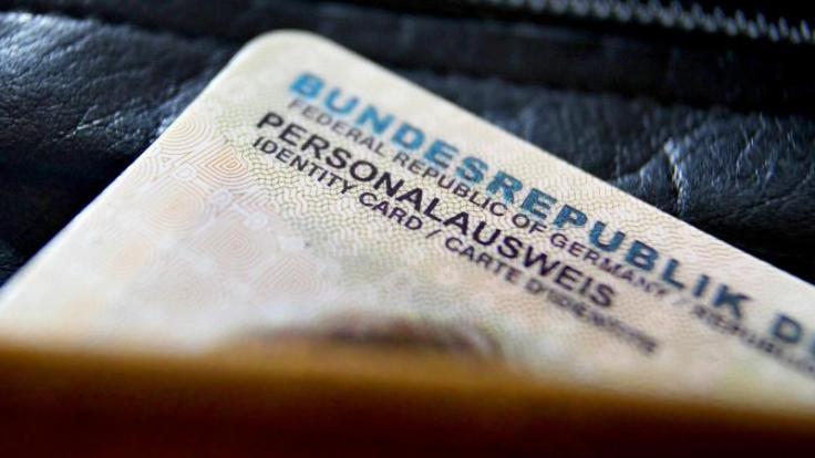 Menschen ab 24 Jahren müssen in der Regel alle zehn Jahre einen neuen Personalausweis beantragen. Die aktuelle Gebührenerhöhung wird mit den gestiegenen Personal- und Sachkosten in den kommunalen Behörden begründet. (Foto)