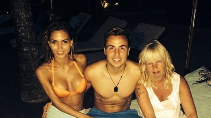 Mario und seine Frauen: Freundin Ann-Kathrin Brömmel und Mama Götze im DFB-Hotel Campo Bahia.